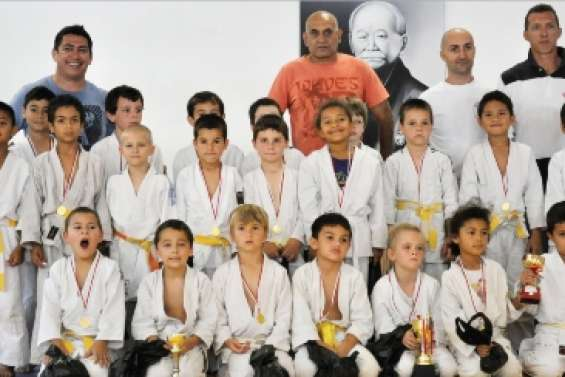 Cent judokas sur le tatami