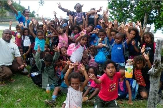 Les petits écoliers s'amusent avant les vacances