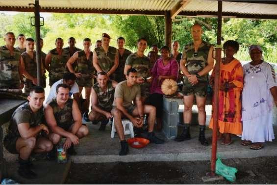 Des militaires à la tribu