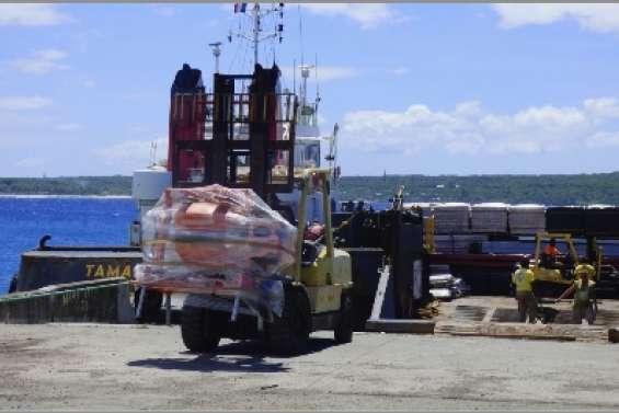 Une barge  d'urgence à quai