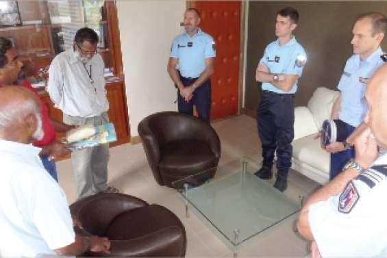 La gendarmerie présente  sa coutume