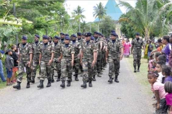 Une cérémonie militaire en tribu