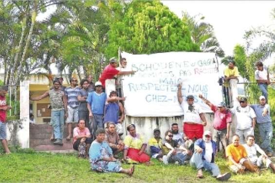 Les clans de la tribu de Tiari  contre-manifestent au village