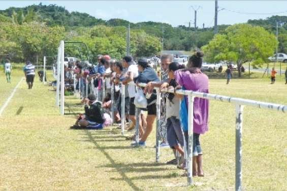 Le football attire la foule