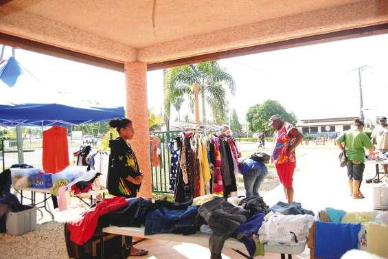 La vente de vêtements attire du monde