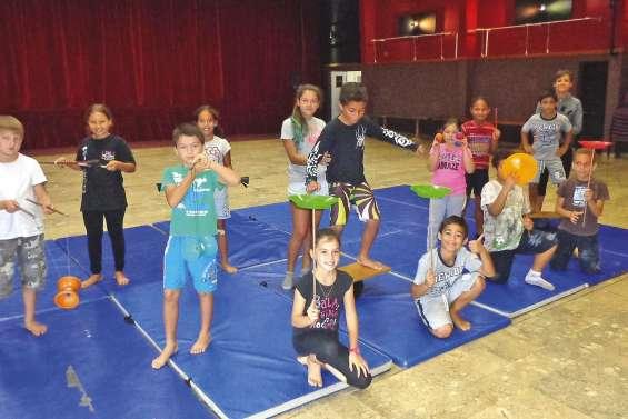 Les enfants jonglent avec  les activités pendant les vacances