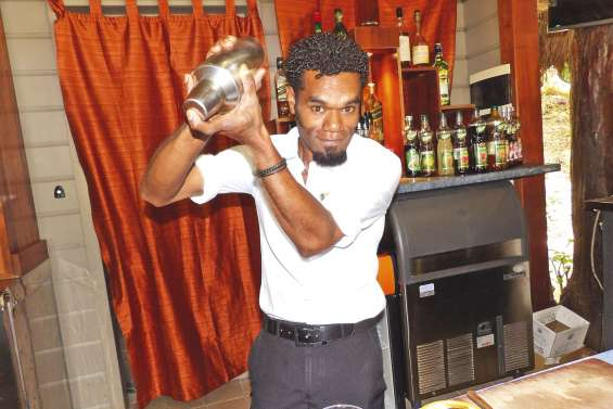 Roby, barman des îles, prêt pour le concours de cocktail
