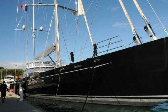 Un méga yacht à l'Orphelinat