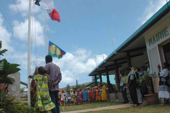 Bélep a levé les deux drapeaux