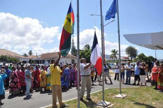 Koumac lève les deux drapeaux