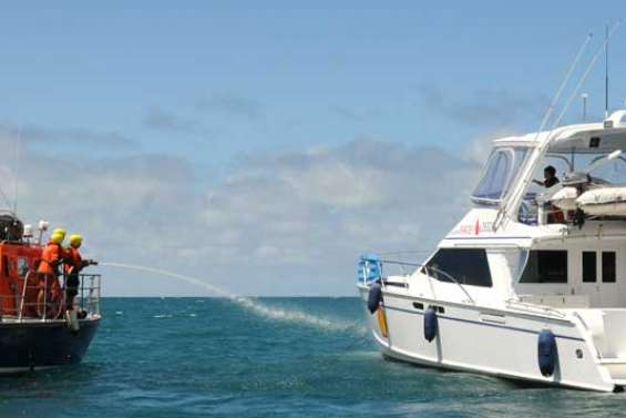 Un catamaran en flammes dans la baie Maa