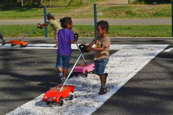 Petites voitures pour piétons en herbe