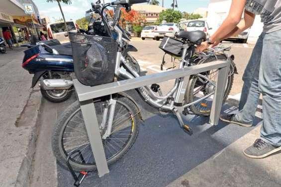 Par ici les vélos, les scooters et les motos
