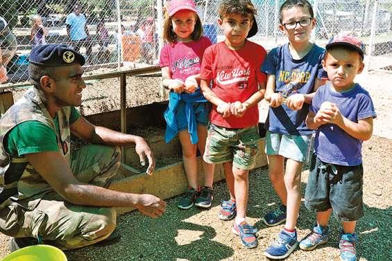 Les enfants découvrent la ferme du RSMA
