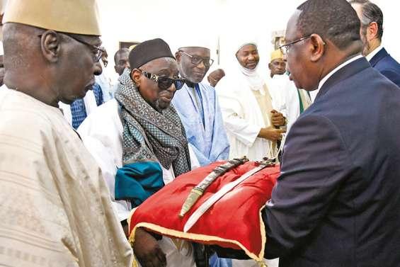 La France remet au Sénégal un sabre chargé d'histoire et de signification