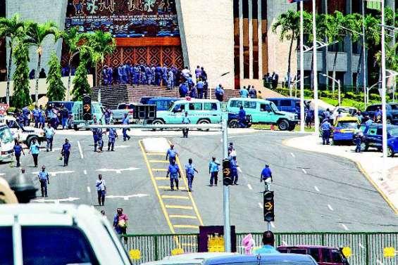 Des policiers arrêtés après le saccage du Parlement