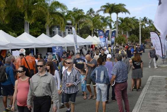 Des milliers de personnes à la recherche de bonnes affaires au Salon du bateau d'occasion