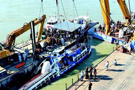 Naufrage en Hongrie : la police sort de l'eau le bateau coulé