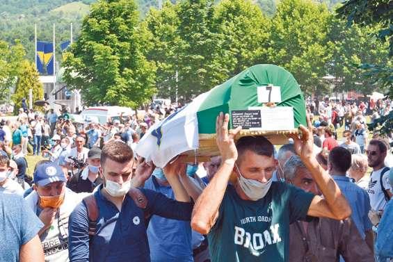 Srebrenica : un quart de siècle après, les musulmans pleurent leurs morts