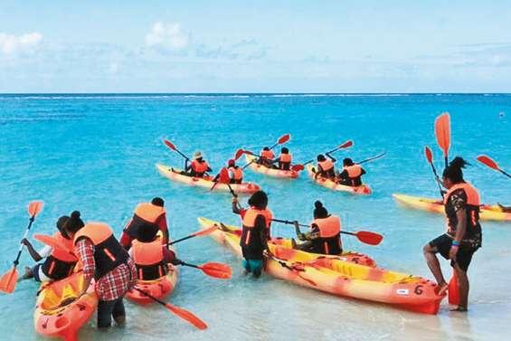 Des élèves de 4e du collège de Taremen en classe kayak, à Yejele