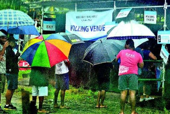 Une tempête tropicale perturbe les législatives