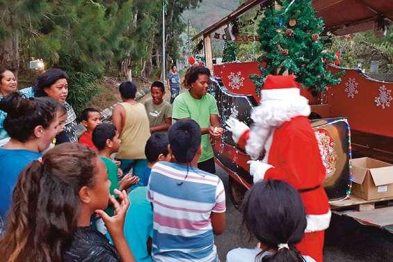 La tournée du père Noël a débuté dans les quartiers
