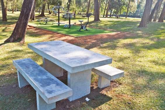 Trois nouvelles tables en béton installées au parc Fayard