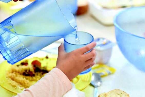 Bataille d'assiettes en plastique dans les cantines scolaires