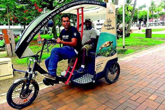 Un vélo-taxi pour transporter des personnes et des colis en ville