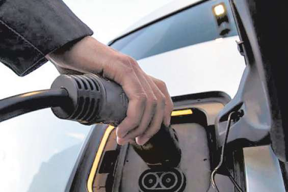 La voiture électrique accélère mais cherche encore sa voie