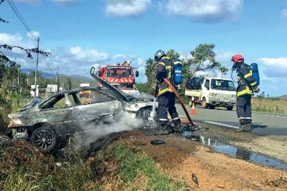 Une voiture prend feu après une sortie de route à Boulouparis