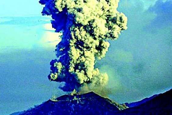 Le volcan Manam entre de nouveau en éruption