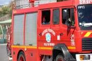Enervé par le bruit de la lance-incendie, il hache le tuyau des pompiers