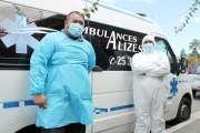 Des ambulanciers équipés de la tête aux pieds pour affronter la pandémie