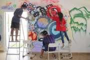 Des collégiens décorent les murs de leur réfectoire