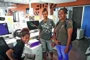 Deux collégiennes  à la découverte de la télévision Caledonia