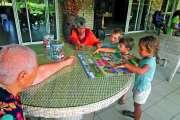 Des petits vacanciers à la maison de retraite