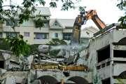 Le bâtiment principal de l'ancienne université est en train d'être démoli