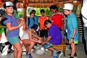 Des écoliers de Papeete et de Nouméa réunis autour d'un bougna