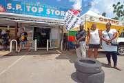 La CSTNC proteste devant l'alimentation Top Store