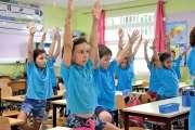Les premières postures de yoga sur les bancs de l'école