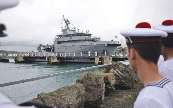 Parti de Brest le 11 mai, le d'Entrecasteaux a fait une entrée spectaculaire dans le port de Nouméa, hier, après avoir parcouru 26 000 kilomètres, en neuf escales.