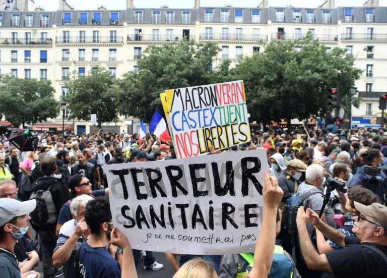 Pass sanitaire: après les manifestations, Macron à l'offensive